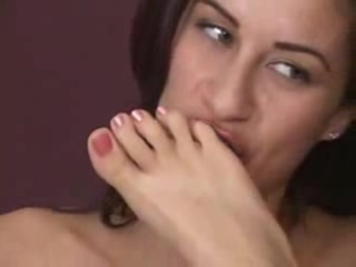 brunette hair sucks pink toes